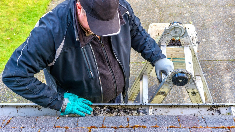 a professional eavestrough cleaning